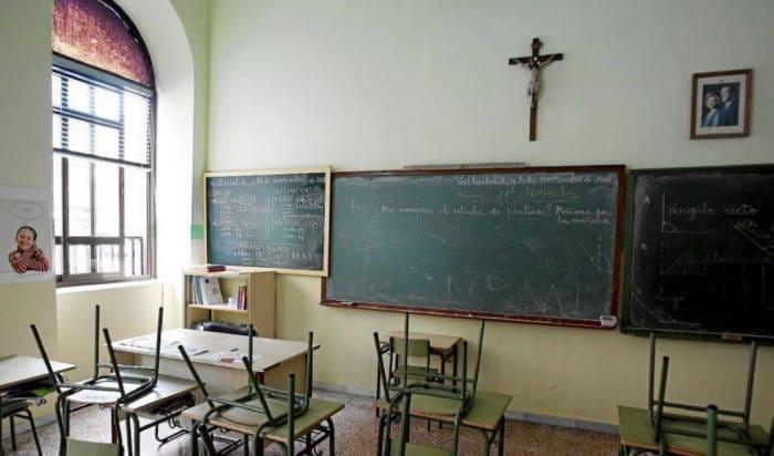 Aula de religión, presidida por un crucifijo. Foto: laicismo.org